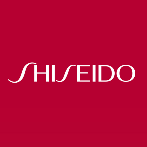 "Shiseido เป็นแบรนด์เครื่องสำอางชั้นนำในประเทศญี่ปุ่น กำเนิดขึ้นเป็นครั้งแรกในปี 1872 โดย อาริโนบุ ฟูกูฮาร่า อดีตเภสัชกรของกองทัพญี่ปุ่น จากการตอบรับอย่างดีของลูกค้า ทำให้ในปี 1923 Shiseido ได้ขยายสาขาทั่วในประเทศประมาณ 25,000 แห่ง  ปี 1957 Shiseido ได้ไปตั้งบริษัทในประเทศไต้หวัน เพื่อเป็นศูนย์กลางส่งออกสินค้า ไปยังสิงคโปร์และฮ่องกง ปี 1962 ส่งออกไปยังฮาวาย ปี 1965 เปิดสาขาในอเมริกา ปี 1968 เปิดสาขาฝั่งยุโรปในอิตาลี ปี 1971 เปิดในนิวซีแลนด์ สำหรับแบรนด์ Shiseido เข้ามาในไทยประมาณปี 1971 โดยบริษัทชิเซโด้ (ไทยแลนด์) จำกัด ซึ่งเป็นการร่วมทุนระหว่างคุณสุรัตน์ โอสถานุเคราะห์ และ Shiseido (Japan) โดยเริ่มแรกเป็นการนำเอาผลิตภัณฑ์ Shiseido ไปออกร้านงานกาชาด และห้างสรรพสินค้าไทยไดมารู ปัจจุบัน Shiseido (Thailand) Co., Ltd เป็นตัวแทนนำเข้า และจำหน่ายสินค้า ""Shiseido"" และยังเป็นตัวแทนจำหน่ายให้กับแบรนด์ชั้นนำอื่นๆ ได้แก่ Cle' De Peau Beaute', Ipsa, Issey Miyake, Jean Paul Gaultier, Ettusais"