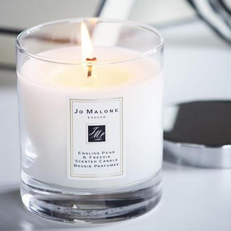 Jo Malone English & Pear Scented Candle 200g เทียนหอมสุดหรู  สัมผัสแห่งความสดใหม่ของลูกแพร์ที่ห้อมล้อมด้วยช่อดอกไม้ฟรีเซียสีขาว  กลิ่นกรุ่นนุ่มนวล | Beauticool.com